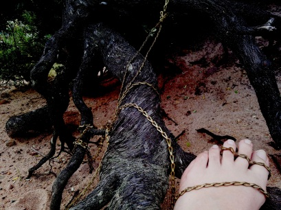 Tying foot to root using chain